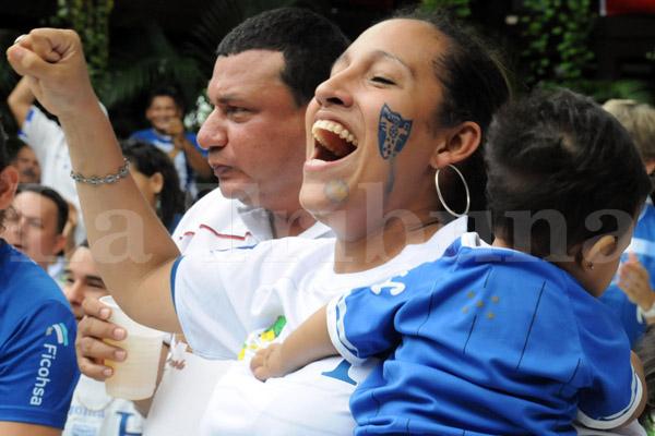 Esta madre con su cara pintada sufría junto con su bebé.
