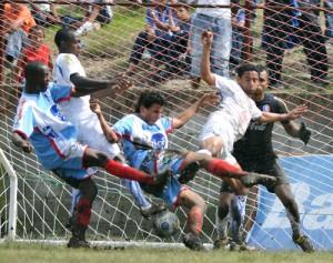 Deportes Savio y Olimpia, hicieron un gran esfuerzo en una cancha que no reunía las mejores condiciones.