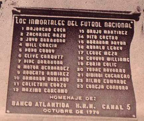 Placa original instalada en octubre de 1970 en el muro externo de sol-norte del Nacional, frente al ahora mercado de la Feria del Artesano y Agricultor.