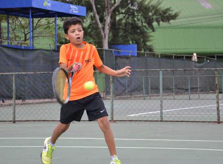En sus ratos libre deja sus funciones de guarda cancha o bolero y entrena tenis.
