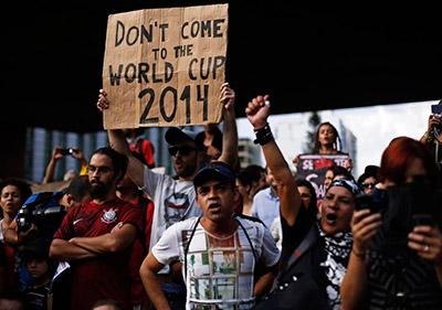 Los protestantes sugieren que la gente no vaya a la Copa del Mundo.