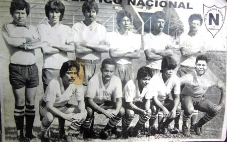 Con el Atlético Nacional, agachado, último de izquierda a derecha, allí inició y terminó su carrera deportiva a los 27 años.