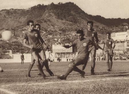 Acción de uno de los superclásicos del fútbol hondureño en el Nacional, en la gráfica jugadores históricos como Raúl Suazo Lagos, Nelson Benavides, Julio Meza, Roberto Jerez, entre otros.