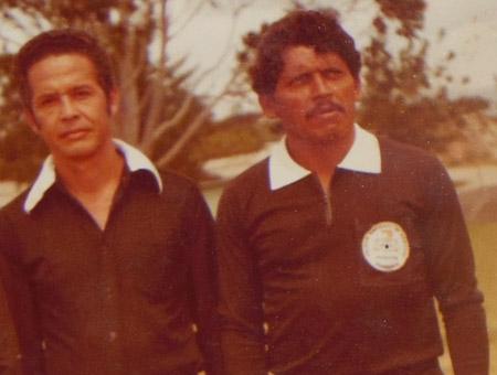 Aparece junto a Landelino Alvarenga, otro recordado exárbitro.