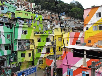 """En vistas del mundial y los JO-2016 nacieron pequeños albergues en las primeras favelas """"pacificadas""""."""