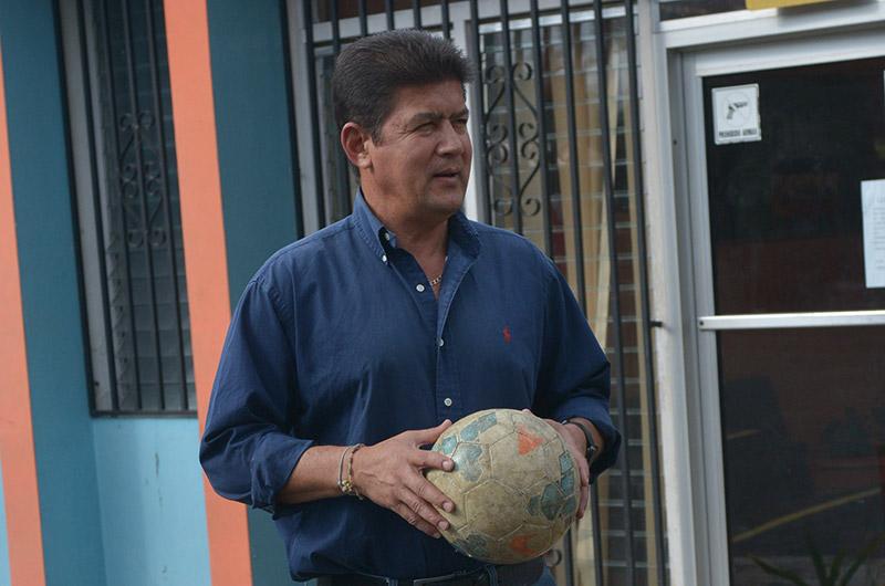 El balón de fútbol, su inseparable compañera donde sea que vaya.