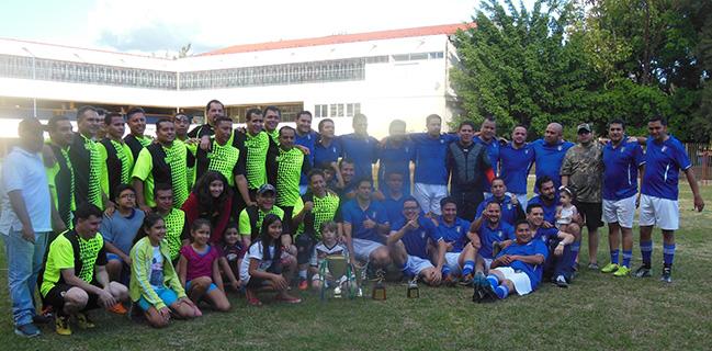 Los dos equipos finalistas 1990 y 1998, unidos en fraternidad salesiana, la Copa es del 90, pero ambos equipos salieron feliz de disfrutar un momento en su viejo colegio San Miguel.