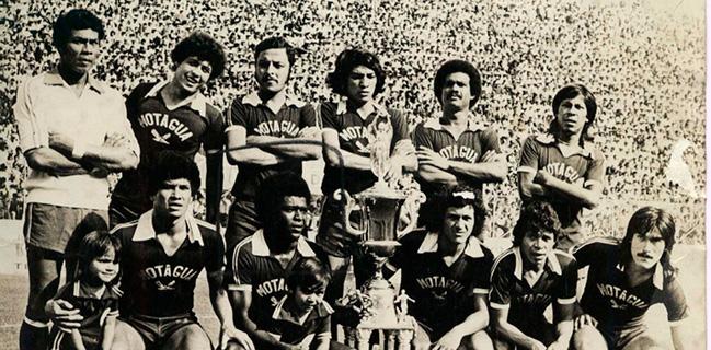 """""""Toño"""" Obando fue campeón en 1978 con el Motagua, en la gráfica Francisco """"Pantera"""" Velásquez, Héctor """"Pecho de águila"""" Zelaya, José """"Chema"""" Durón, René Velásquez, Héctor """"Lín"""" Zelaya y Ramón """"Primitivo"""" Maradiaga. Agachados: David Bueso, Salvador """"Pólvora"""" Bernárdez, Luis """"Chito"""" Reyes, Antonio Obando y Alberto Centurión."""
